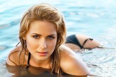 Härlig kvinna på stranden. monokrom royaltyfri bild