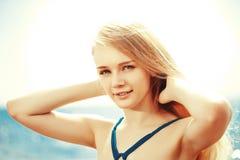 Härlig kvinna på stranden vid havet royaltyfri foto
