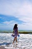 Härlig kvinna på strandläsningbokstaven Royaltyfri Bild