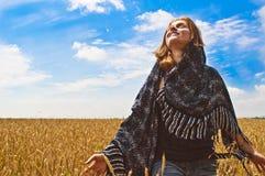 Härlig kvinna på wheatfield mig Arkivbilder