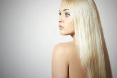 härlig kvinna Sexig blond flicka för skönhet sunt hår royaltyfri foto