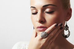 Härlig kvinna. Smycken- och Beauty.girl.ornamentation.liquid-sand manicure.hairless arkivbild