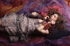 Härlig kvinna som är lekmanna- på organza. Sova skönhet. Fotografering för Bildbyråer