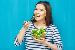 Härlig kvinna som äter grön sallad för sund mat royaltyfri bild