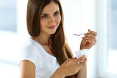 Härlig kvinna som äter organisk yoghurt Sunt banta näring royaltyfri fotografi