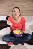 Härlig kvinna som äter skräpmat royaltyfri fotografi