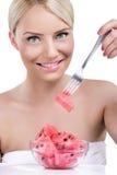 Härlig kvinna som äter vattenmelonen Royaltyfri Bild
