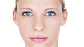 Härlig kvinna som åldras processståenden Kvinnlig modell med rosa läppstift med att åldras hud och att växa framsidaskrynklor stock video