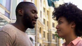 Härlig kvinna som ömt ser på maken som möter efter lång tid, förälskelse royaltyfria bilder