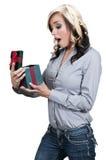Härlig kvinna som öppnar en gåva Arkivbild
