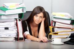Härlig kvinna som över-arbetas i kontoret Royaltyfri Fotografi