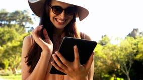 Härlig kvinna som använder den digitala minnestavlan stock video