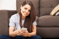 Härlig kvinna som använder en Smartphone Fotografering för Bildbyråer