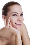 Härlig kvinna som applicerar fuktighetsbevarande hudkrämkräm Royaltyfri Fotografi