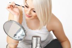 Härlig kvinna som applicerar mascara på ögonfrans. Ögonmakeup Royaltyfria Bilder