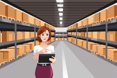 Härlig kvinna som arbetar i ett lager genom att använda minnestavlaPC vektor illustrationer