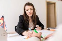 Härlig kvinna som arbetar i internationell byrå arkivbild