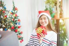 Härlig kvinna som bär att le för Santa Claus hatt Royaltyfri Fotografi