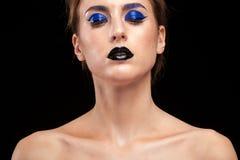 Härlig kvinna som bär blått begreppsmässigt smink med svarta kanter Royaltyfria Bilder