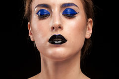Härlig kvinna som bär blått begreppsmässigt smink med svarta kanter Arkivfoto