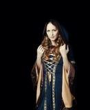 Härlig kvinna som bär den medeltida klänningen arkivbild