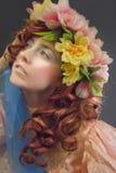 Härlig kvinna som bär en krans av blommor Fotografering för Bildbyråer