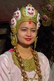 Härlig kvinna som bär speciala smycken och huvudbonaden, Katmandu, Nepal royaltyfria bilder