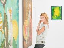 Härlig kvinna som besöker en konstgalleri Arkivfoto