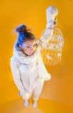 Härlig kvinna som blåser snö som isoleras på guling härlig slående snowkvinna arkivbilder