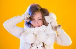 Härlig kvinna som blåser snö som isoleras på guling härlig slående snowkvinna arkivfoto