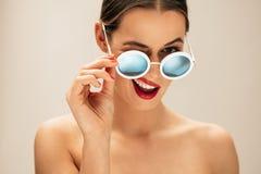 Härlig kvinna som blinkar med exponeringsglas Royaltyfri Bild