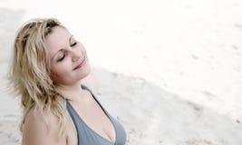 Härlig kvinna som drömm på stranden Fotografering för Bildbyråer