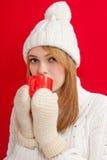 Härlig kvinna som dricker den varma drinken Arkivfoton