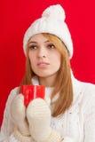 Härlig kvinna som dricker den varma drinken Royaltyfri Fotografi