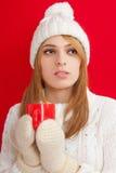 Härlig kvinna som dricker den varma drinken Arkivfoto