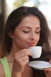 Härlig kvinna som dricker kaffe med att tycka om Arkivbilder