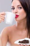 Härlig kvinna som dricker varmt kaffe arkivfoton