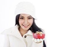 Härlig kvinna som erbjuder en julgåva Arkivbilder