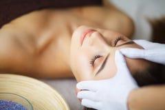 Härlig kvinna som får massage i brunnsort royaltyfria bilder