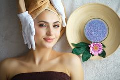 Härlig kvinna som får massage i brunnsort royaltyfri foto