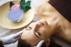 Härlig kvinna som får massage i brunnsort arkivbilder