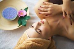 Härlig kvinna som får massage i brunnsort arkivbild