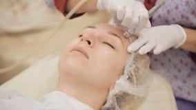 Härlig kvinna som får microdermabrasion på skönhetkliniken arkivfilmer