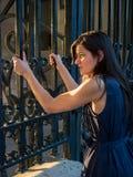 Härlig kvinna som fordrar frihet (det captive begreppet) Royaltyfria Foton