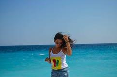 Härlig kvinna som framme poserar av havet Arkivbilder