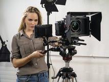 Härlig kvinna som fungerar en videokamerarigg Fotografering för Bildbyråer