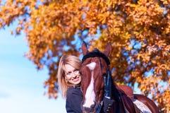 Härlig kvinna som går med hästen Arkivbild