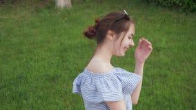 Härlig kvinna som går med romantiskt lynne i sommaren stock video