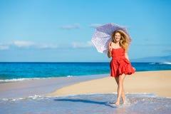 Härlig kvinna som går på tropisk strand royaltyfria bilder