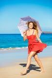 Härlig kvinna som går på tropisk strand royaltyfria foton
